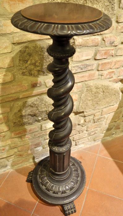 Colonne in legno - negozio antiquariato a San Gimignano